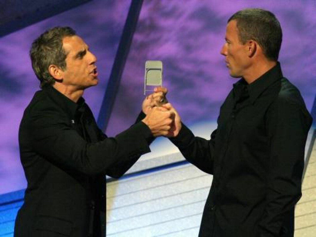 <strong>HOLLYWOOD - JULY 12:</strong>  Actor Ben Stiller and Lance Armstrong onstage together at the 2006 ESPY Awards at the Kodak Theatre on July 12, 2006 in Hollywood, California.  (Photo by Kevin Winter/Getty Images) *** Local Caption *** Ben Stiller;Lance Armstrong  * Foto: All Over Press