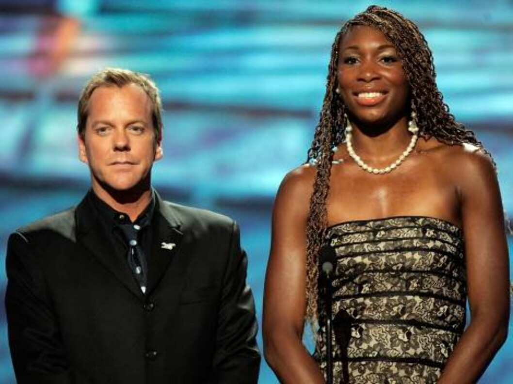 "<strong>HOLLYWOOD - JULY 12:</strong>  Actor Kiefer Sutherland and tennis player Venus Williams present the award for ""Record Breaking Performance"" at the 2006 ESPY Awards at the Kodak Theatre on July 12, 2006 in Hollywood, California.  (Photo by Kevin Winter/Getty Images Foto: All Over Press"