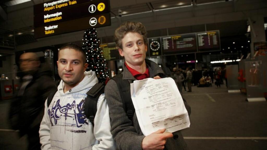 VISTE SEG Å VÆRE FALSKE: Kompisene Preben Tveit (22) og Sven Kristiansen (24) fra Bergen kjøpte det som viste seg å være falske billetter. De hadde forsikret seg med Lufthansa om at de var ekte, men da de skulle sjekke inn i dag sa Lufthansa at var ikke ekte likevel. Foto: Eirik Helland Urke