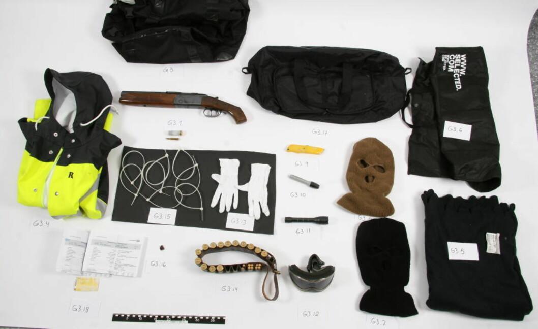 FORKLARINGSPROBLEM: Dette utstyret ble funnet i en bag ved bilene som trolig skulle brukes til pengetransportranet. Foto: POLITIET