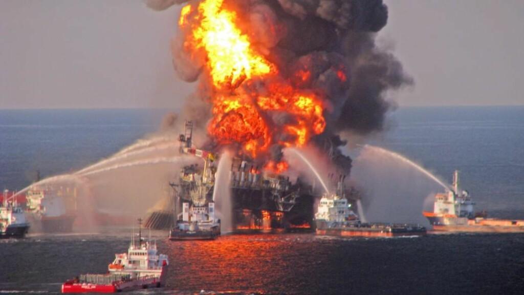LEKKASJE:  Et arkivbilde fra april i år viser den massive brannen i Mexico-golfen. Nye lekkede dokumenter fra WikiLeaks avdekker en gasslekkasje ved BPs gassfelt i Aserbajdsjan. Foto: EPA/US COAST GUARD