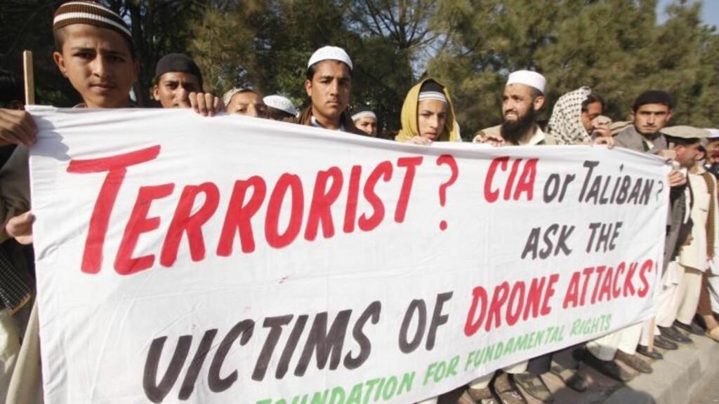 OVER 1000 ER DREPT: Pakistanere i Islamabad demonstrerer mot de tiltagende amerikanske drone-angrepene over grensen fra Afghanistan. Foto: EPA/Scanpix