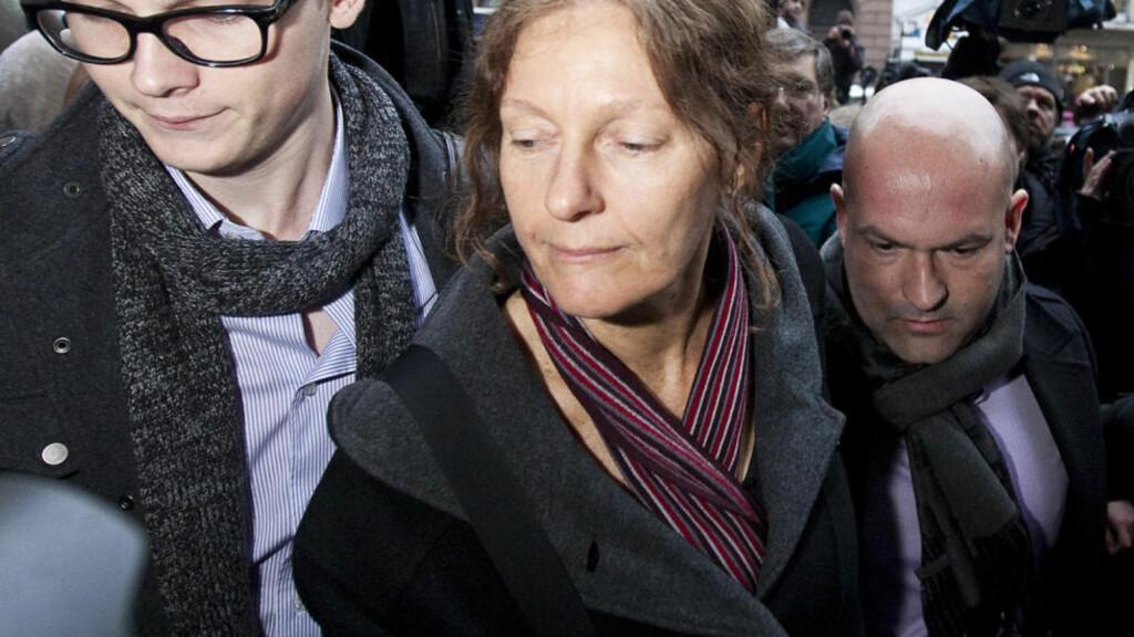 BESØK AV MAMMA: Christine Assange besøkte i går sønnen Julian i fengsel. Idag takket hun media for støtten og opmerksomheten rundt fengslingen av hennes sønn. Foto: AFP PHOTO/WARREN ALLOTT