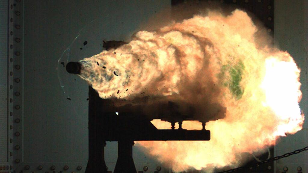 ENORME KREFTER: Dette bildet fra en tidligere test viser hvordan enorme krefter frigjøres i en railgun. Foto: Office of Naval Research
