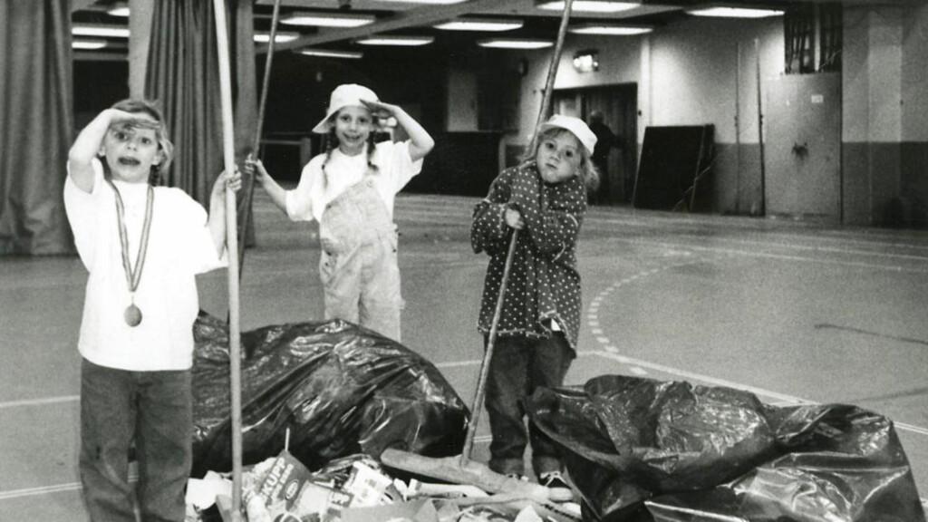 FIKK MEDALJEN TIL IDOLET: Nora, Kaja og Thea Mørk ryddet opp etter seriefinalen mot Larvik våren 1997. BSK tapte og Anja Andersen ga medaljen til Nora. Foto: PRIVAT
