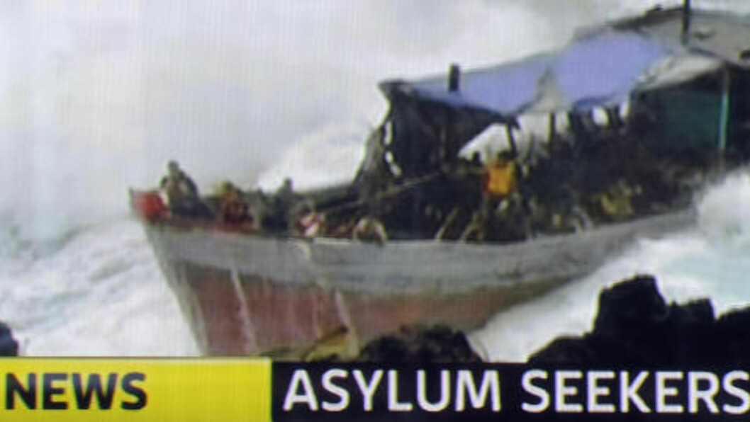 KASTET I BØLGENE: Minst 30 mennesker omkom i ulykka. Foto: AFP/THE WEST AUSTRALIAN/Scanpix