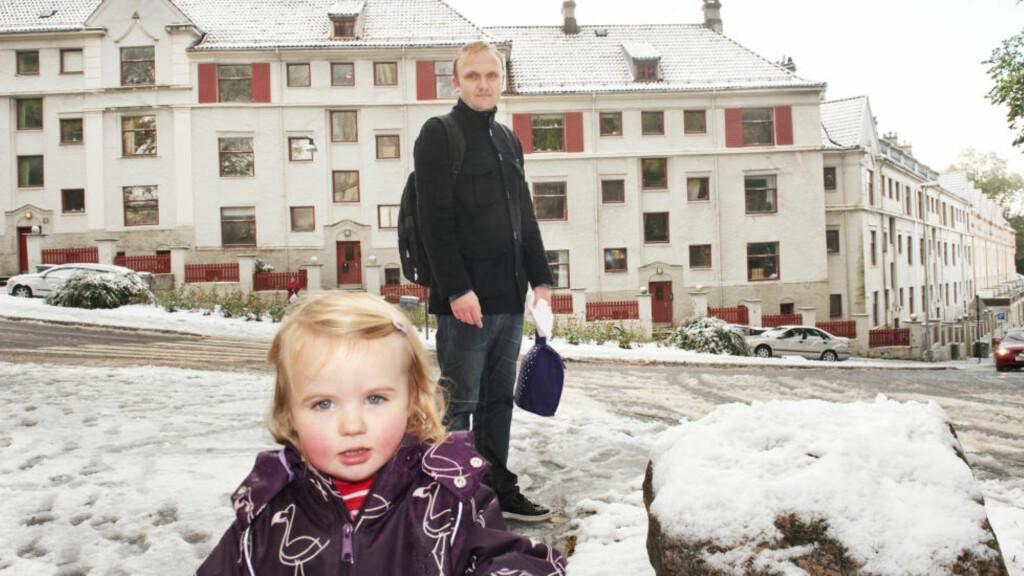 VANT OVER KOMMUNEN: Heine Askeland (35) og datteren Mia (2) er blant 70 beboere som vant fram over Bergen kommune i Bergen tingrett i dag. Kommunen må betale tilsammen 110 millioner kroner til beboere i Ladegårdsgaten (bakgrunnen), i tillegg til 3,4 millioner kroner i saksomkostninger. FOTO: Marit Hommedal / Scanpix
