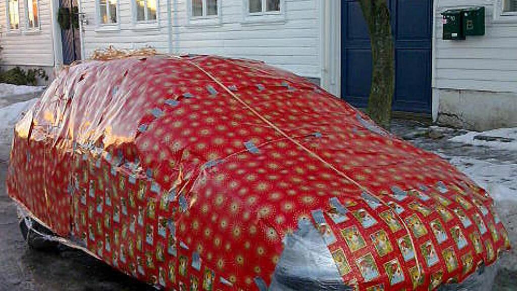 PAKKET INN BILEN:  To venner av Lars Petter Fidje pakket inn bilen hans i julepapir og 500 meter plastfolie. Foto: Privat