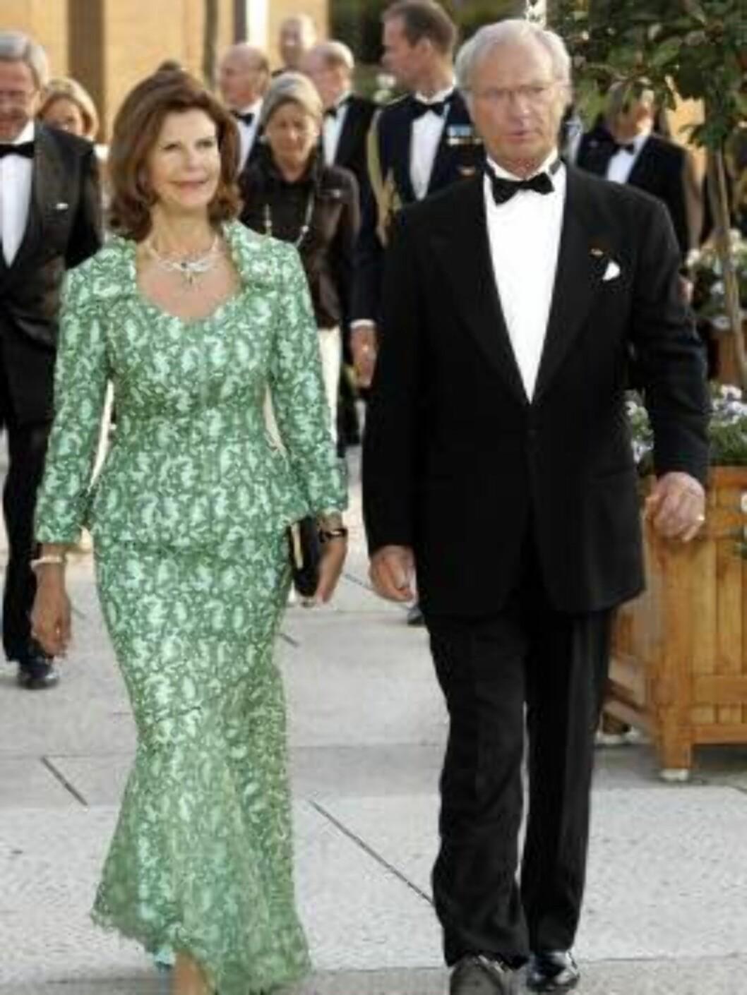 <strong>GRØNN GLEDE:</strong> Sveriges kongepar dronning Silvia og kong Car Gustaf på vei til fredagens festforestilling. Foto: All Over Press