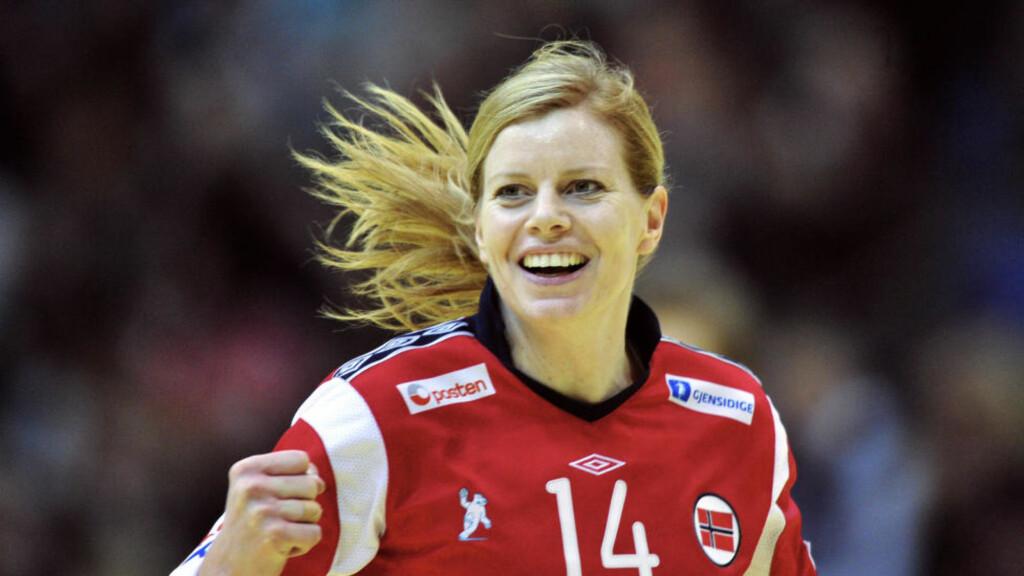 SLIPPER LINSER: Tonje Larsen er laseroperert og trenger ikke lenger bruke linser når hun spiller håndball. Foto: ATTILA KISBENEDEK/AFP