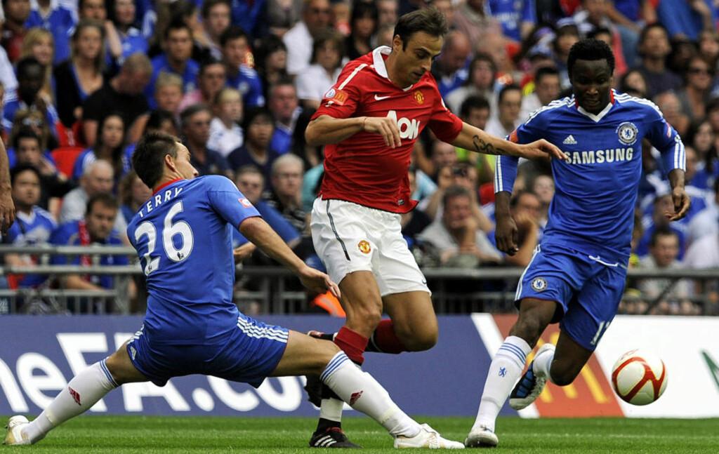 INGEN GIGANDUELL: Det blir ikke noe av morgendagens kamp mellom Chelsea og Manchester United. Kampen er avlyst på grunn av det voldsomme snøfallet i London.Foto: SCANPIX/REUTERS/Nigel Roddis