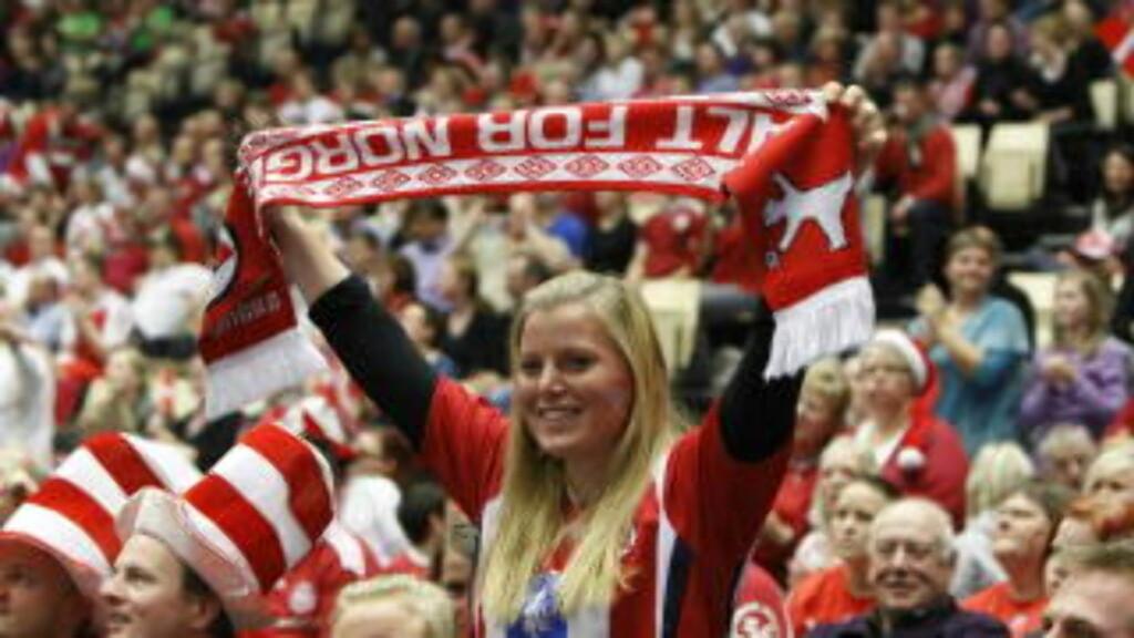 GOD STØTTE: I en fullsatt trykkoker var det også et par tusen nordmenn, som ga jentene god støtte. Foto: GORM KALLESTAD/SCANPIX