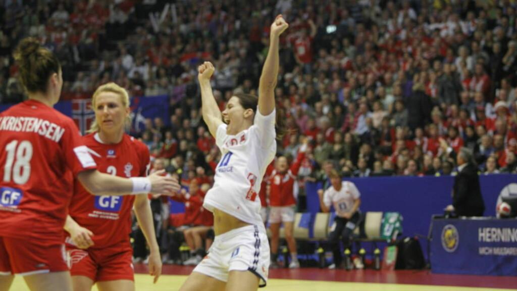 KAPTEINEN VISTE VEI: Gro Hammerseng scoret det første målet i den norske semifinalefesten. Foto: GORM KALLESTAD/SCANPIX