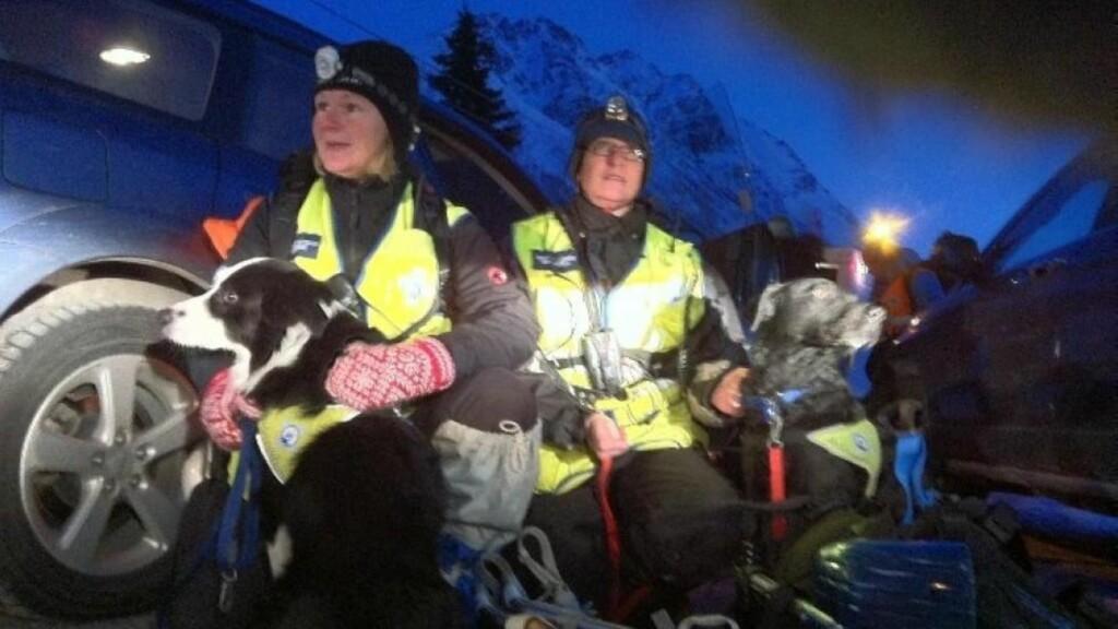 REDNINGSARBEIDERE: Rundt 25 redningsarbeidere og i tillegg til rednignshunder lette etter den savnede personen. Foto: Ole Åsheim/Nordlys