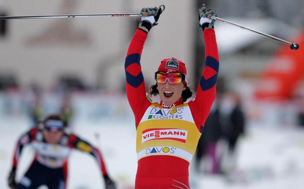 VANT, SOM VANLIG: Justyna Kowalczyk (i bakgrunnen) måtte igjen se Marit Bjørgen krysse målstreken foran henne, som på sprinten i Davos forrige helg.Foto: SCANPIX/AP Photo/Keystone, Arno Balzarini