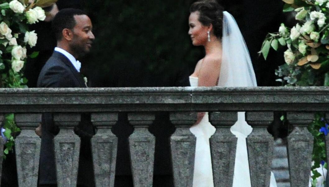 GIFT: Artist John Legend og modellkjæresten Chrissy Teigen giftet seg i Nord-Italia lørdag, etter å ha vært forlovet siden 2011. Bruden var iført hele tre ulike kjoler iløpet av bryllupsfeiringen. Foto: Splash News/ All Over Press