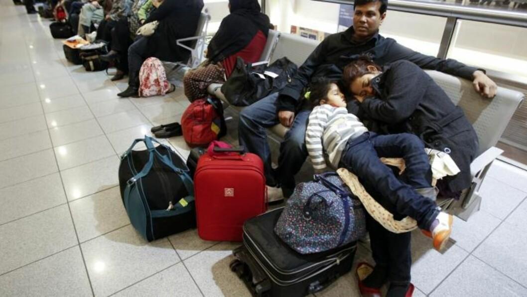 <strong>NATT PÅ FLYPLASSEN:</strong> Flere steder i Europa måtte passasjerer overnatte på flyplassen grunnet forsinkete eller kansellerte fly. Her fra Zaventem internasjonale flyplass nær Brüssel, hvor mellom 3000 og 4000 passasjerer ufrivillig måtte tilbringe natten. FOTO: REUTERS/Thierry Roge