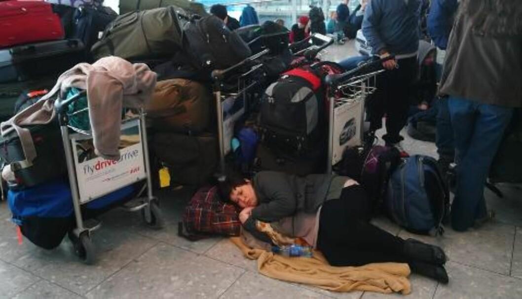 <strong>VENTER:</strong> Denne kvinnen er blant de tusenvis av passasjerene som ikke kom seg med sine fly fra Heathrow flyplass i London i går. FOTO: AP/ Max Nash