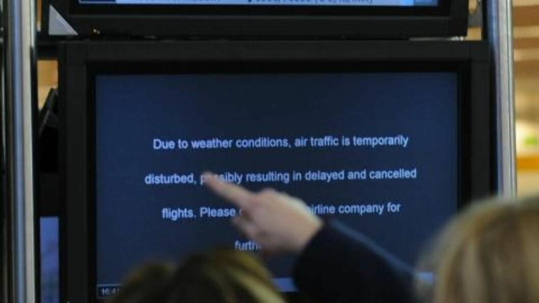 <strong>KANSELLERTE FLY:</strong> På denne informasjonstavlen på den internasjonale flyplassen i Brüssel står det at flere fly er kansellert eller forsinket grunnet været. FOTO: AFP / BELGA / JOHN THYS