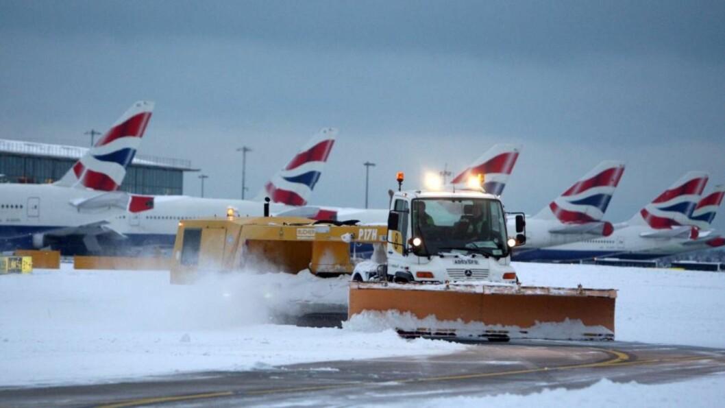 <strong>STORT OPPRYDDINGSARBEID:</strong> Snøplogen går for full maskin på Heathrow flyplass i London i dag for å rydde opp etter snøkaoset i går. FOTO: AP/PA, Steve Parsons