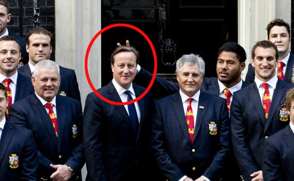 SPØKEFUGL: Rugbyspilleren Manu Tuilagi klarte ikke å dy seg da han var på besøk hos statsminister David Cameron Foto: All Over