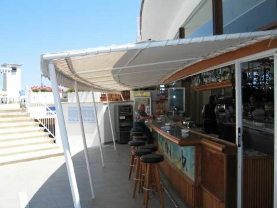 <strong>FORFRISKENDE:</strong> Den store hotellbaren har servering både ut mot bassengområde og inn mot resepsjonen. Foto: Per Tandberg
