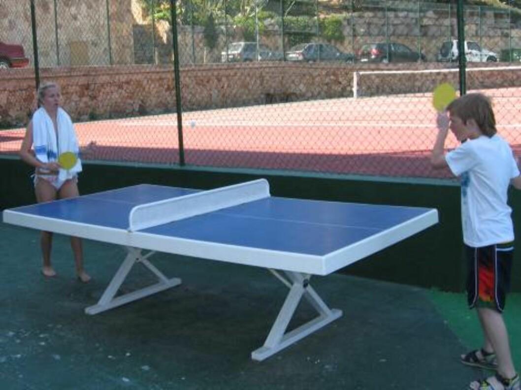 <strong>LEK OG SPILL:</strong> Bak hotellet er det tennisbane og bordtennisbord.  Foto: Per Tandberg