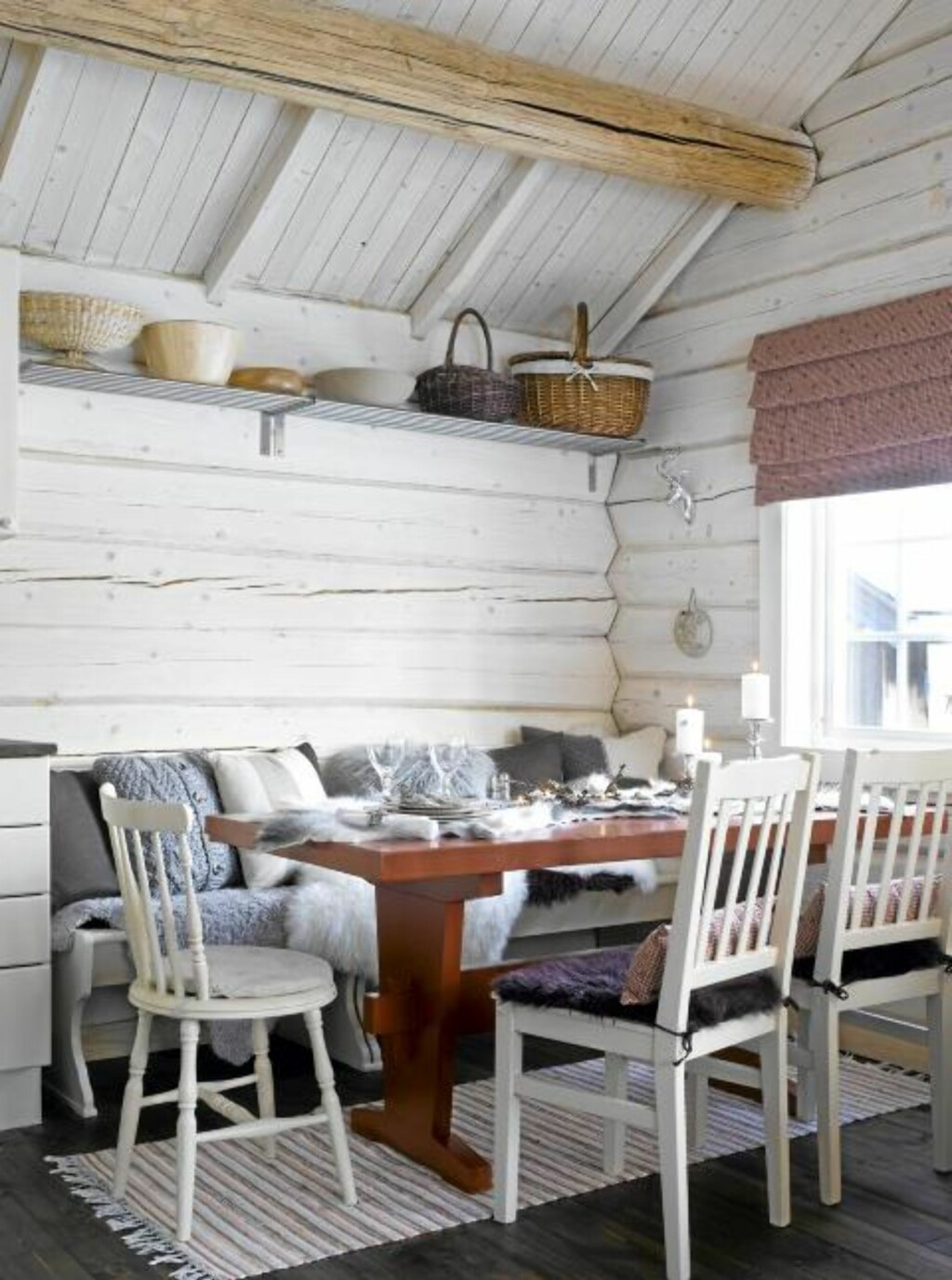 INNBYR TIL HYGGE: Bord og stoler har Anita og Jan Erik fått, mens sittebenken er kjøpt brukt. Kurvene som Anita har samlet gjennom mange år, har endelig kommet til sin rett på en hylle oppunder taket. FOTO: Per Erik Jæger