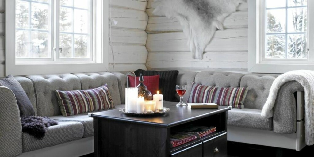 NATURTONER: Interiøret er lyst, men allikevel lunt, med farger inspirert av naturens stein, mose og treverk. Elementer av rødt skaper spennende kontraster. Det flotte reinsdyrskinnet er kjøpt av samer på torget i Hammerfest. FOTO: Per Erik Jæger