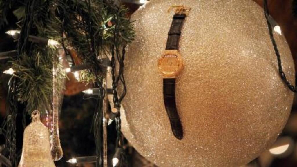 GULLKLOKKE-KULE  Hotellets direktør opplyste i forrige uke at de håpet å få en plass i Guinnes rekordbok for verdens dyreste juletre. Foto: EPA/ALI HAIDER