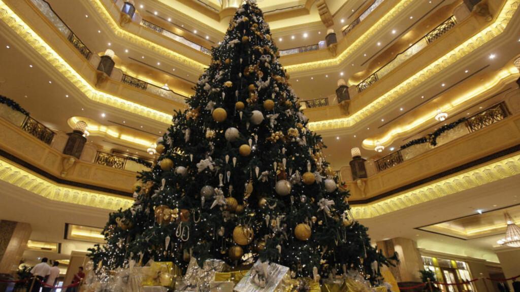 DU GRØNNE, GLITRENDE:  På lukushotellet Emirate Palace i Abu Dhabi var bare gull og diamanter godt nok da treet skulle pyntes.  Foto: AP Photo/Hussein Malla
