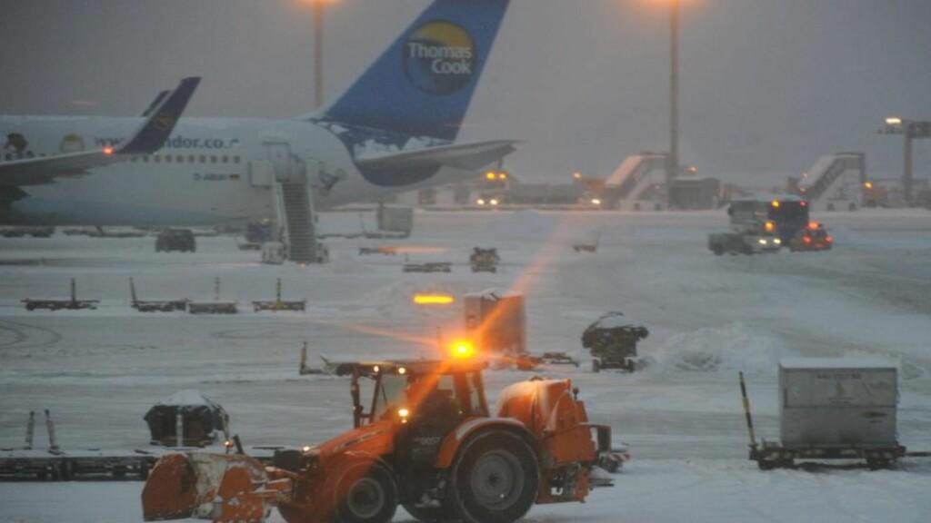 FRANKFURT I DAG: Dette synet møtte passasjerer i Frankfurt i dag. En av tre rullebaner er åpnet etter kraftig snøfall, men det hindrer ikke store forsinkelser i flytrafikken. Foto: EPA/ARNE DEDERT/SCANPIX
