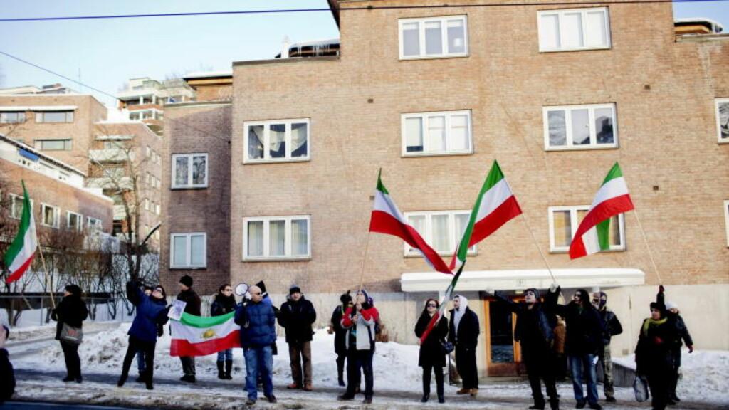 DRIVER UTSTRAKT FLYKTNINGESPIONASJE: Den iranske ambassaden i Oslo følger med på iranere i Norge. Folk forteller om trusler mot seg og familie i hjemlandet. Dette er fra en demonstrasjon utenfor ambassaden tidligere i år.  Foto: Stian Lysberg Solum / SCANPIX