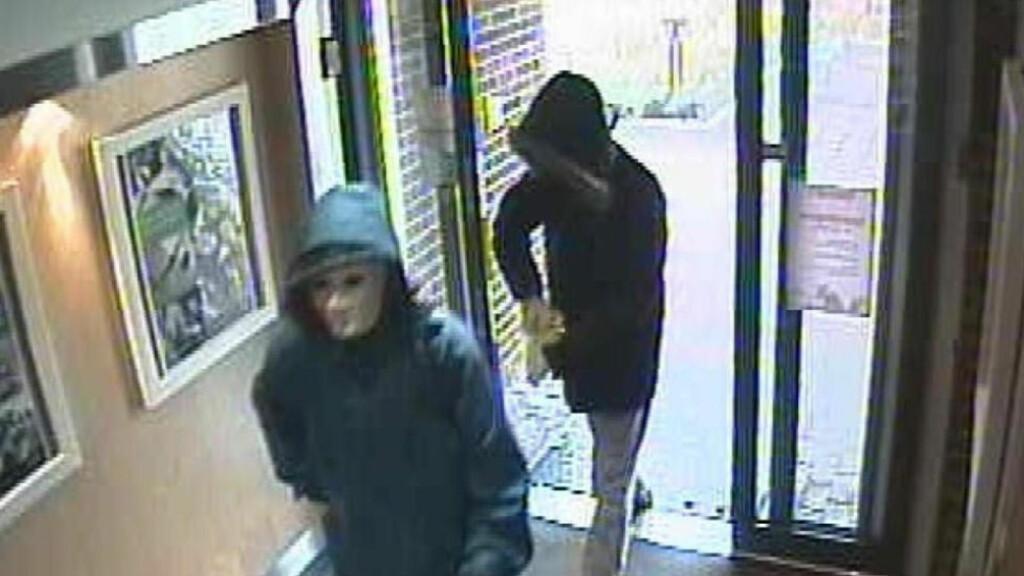 MANN TATT FOR DETTE RANET: En mann er siktet for ranet av Holla og Lunde sparebank i Lunde 19. oktober 2010. Foto: Politiet