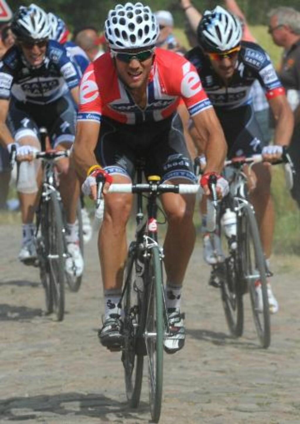 TOUR-GROSSIST: Selv med kragebeinsbrudd i mai, kom Thor Hushovd seg raskt tilbake på sykkelen, og gikk til topps på Tour-etappen på brosteinen til Arenberg - hans åttende i karrieren. Foto: SCANPIX/EPA/BERNARD PAPON/POOL