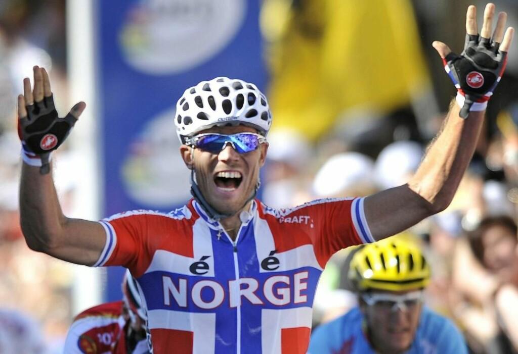 ØYEBLIKKET: Thor Hushovd strekker armene i været som verdensmester 2010. Prestasjonen i Australia gikk rett hjem hos det norske folk.Foto: SCANPIX/EPA/JOE CASTRO