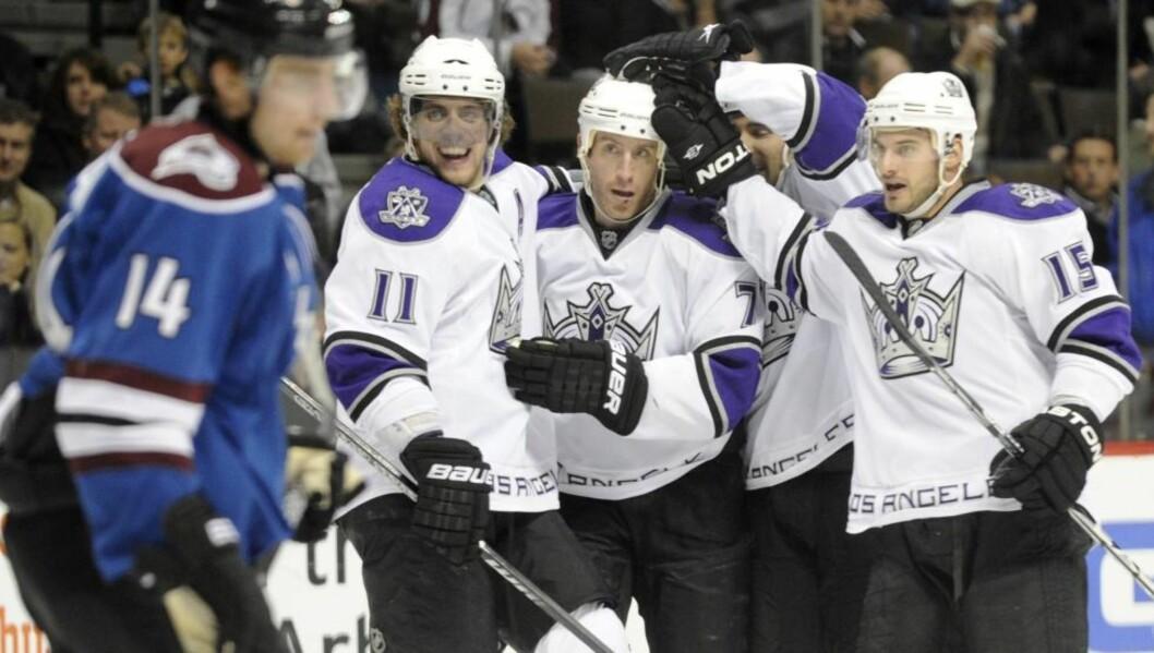 <strong>KONGEMÅL:</strong> Her feirer Los Angeles Kings-spillerne Rob Scuderis åpningsmål mot Avalanche. Foto: AP/The Denver Post, Aron Ontiveroz