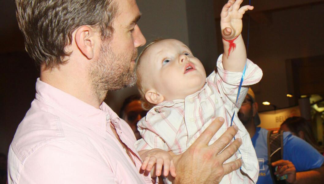 HENDENE FULLE: Skuespiller James Van Der Beek blir om få måneder far for tredje gang. Her er han avbildet med sønnen Joshua, som foreløpig er yngstemann, på en babyshower i New York i mai. Foto: FameFlynet