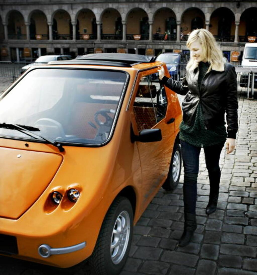 UNGT VALG: Unge mennesker velger nå oftere fargerike biler. Som denne lille elektriske Buddyen, som stortingsrepresentant Inga Marte Thorkildsen (SV) prøvde på Youngstorget i Oslo i 2008. Foto: FRANK KARLSEN