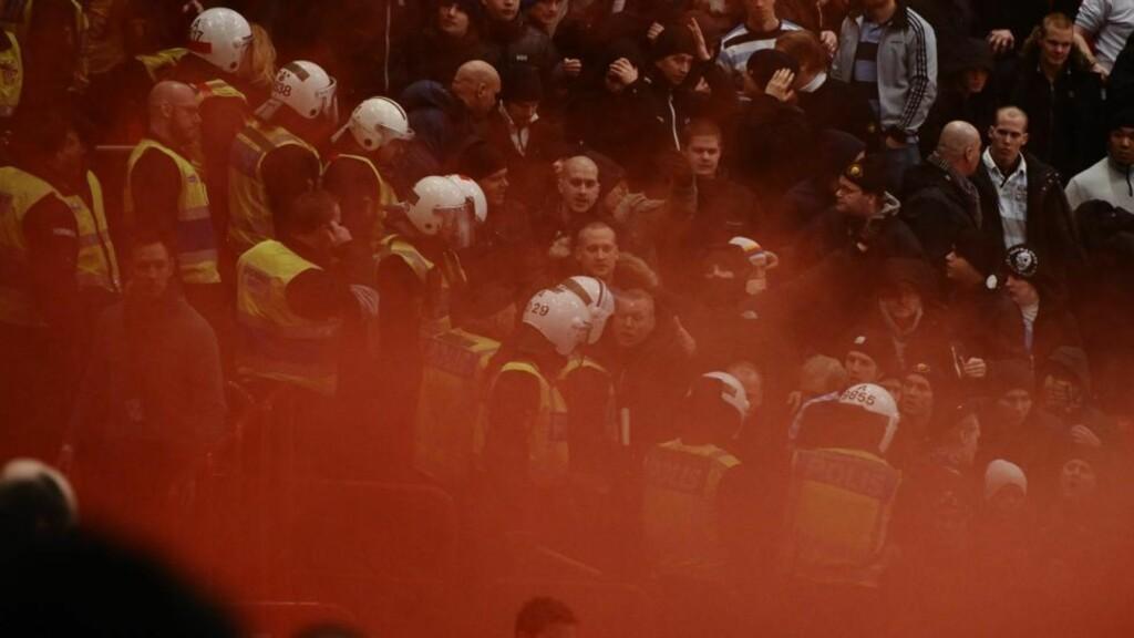 MÅTTE STOPPES: Røykbomber, bengalske lys og masseslagsmål på tribunen gjorde at ishockeykampen mellom AIK og Djurgården måtte avbrytes for en stund. Foto: Claudio Bresciani, Scanpix