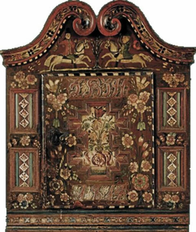 NORGES DYRESTE: Det mest kostbare møbelet som Blomqvist har solgt er et hengeskap malt av Ola Hansson, Telemarks mest kjente rosemaler. Det gikk for 1.600.000 kroner.   FOTO: Blomqvist