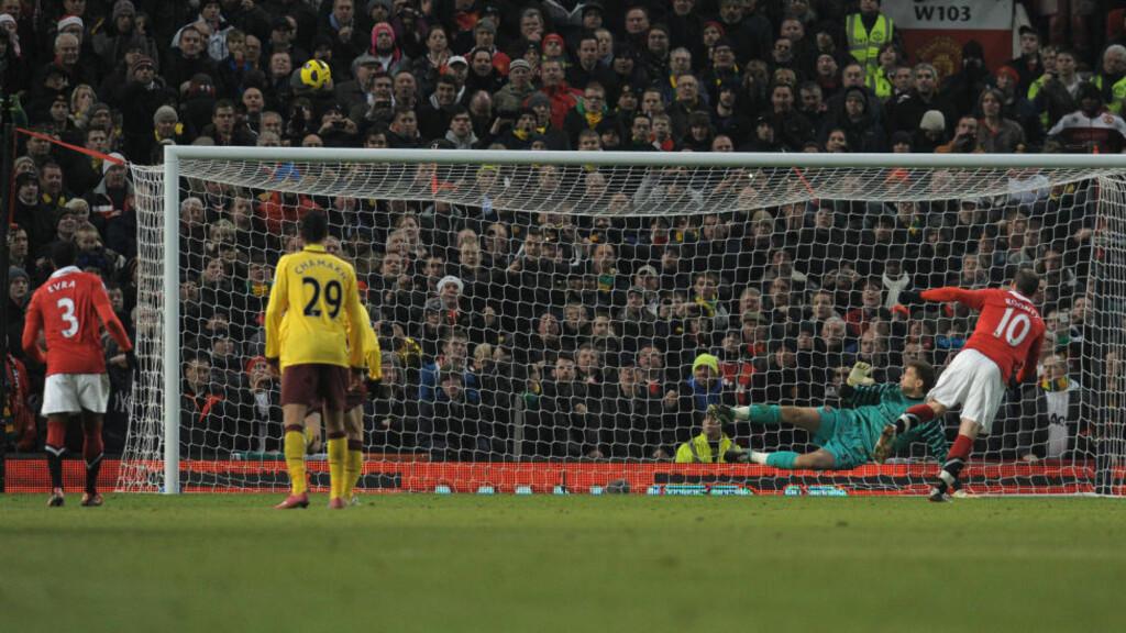 SYMPTOMATISK: Wayne Rooney har vist stigning siden han kom tilbake fra skade, og kan fort eksplodere fra jul og ut sesongen. Men prestasjonene i United-trøya i høst gjør at United-spissen inntar spissplassen på vårt verstinglag for sesongens første halvdel. Her blåser han et straffespark mot Arsenal opp på Stretford End. Foto:  AFP PHOTO/ANDREW YATES