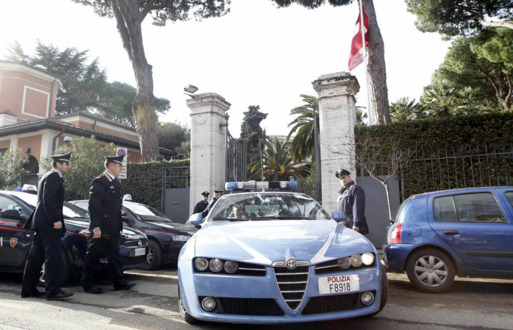 <strong>ETTERFORSKNING:</strong> Italiensk politi var raskt på plass etter eksplosjonen. Foto: ALESSANDRO BIANCHI/REUTERS/SCANPIX