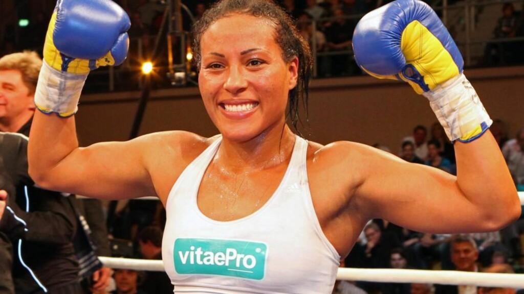 VERDENSMESTER: Cecilia Brækhus har tre belter i boksing. Foto: EPA/BERND WUESTNECK