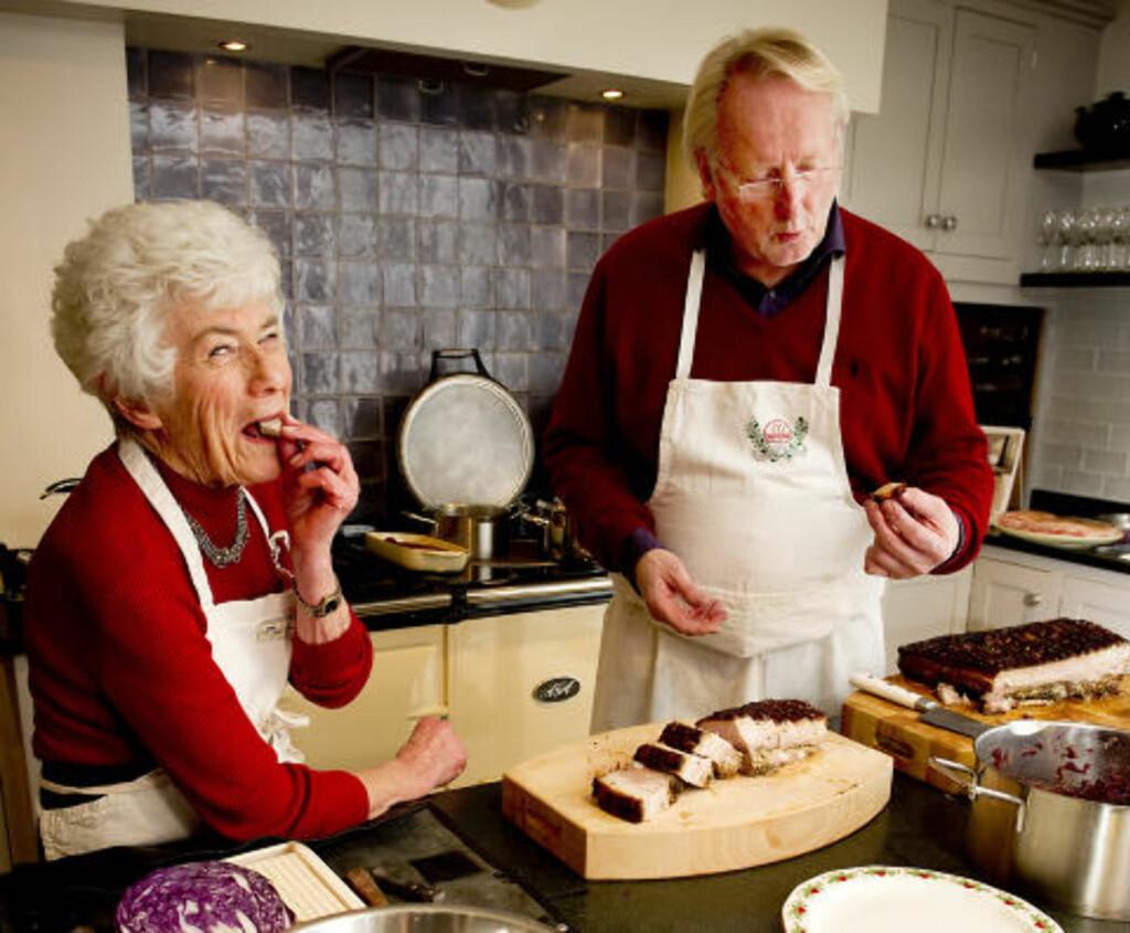 FAVORITTEN: 55, 5 prosent av nordmen spiser ribbe til jul, viser en ny undersøkelse. Her viser Ingrid Espelid Hovig og Eyvind Hellstrøm hvordan den bør lages. Foto: Øistein Norum Monsen/Dagbladet.