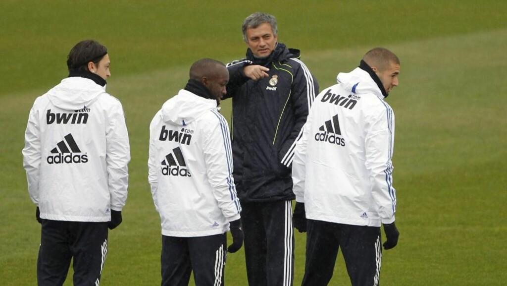 PASSE SELVSIKKER: José Mourinho er ikke i tvil om hvem som egentlig fortjener å bli kåret til årets trener. Hint: Han har initialene «JM».Foto: SCANPIX/EPA/JUAN CARLOS HIDALGO