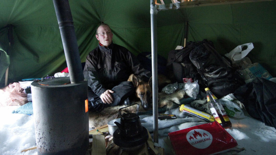<strong>VARME:</strong> Det er over 40 graders forskjell mellom ute og inne. I teltet blir det fort over 25 grader når man fyrer med ved. Foto: Hogne Bø Pettersen/Romsdals Budstikke.