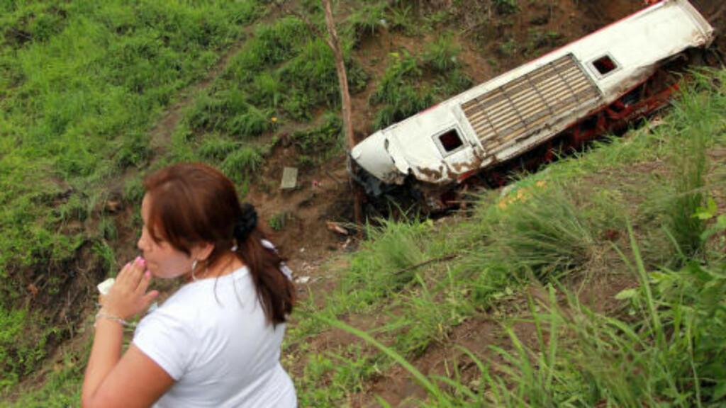 SORG: Hendelsen skjedde ved La Crespa, da byen kjørte utfor veien. Foto: AFP/Rodolfo Parraga