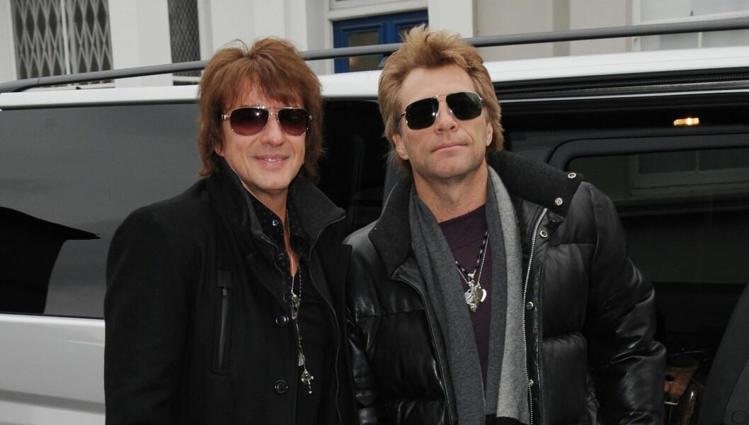 <strong>OVER OG UT:</strong> Etter 30 år orker ikke Jon Bon Jovi mer, og har gitt Richie Sambora fyken. Her er de fotografert i England i januar i år. Foto: Stella Pictures