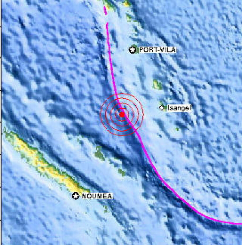 TSUNAMIVARSEL UTSTEDT: Et jordskjelv som målte 7,6 ble lørdag ettermiddag registrert på dypt vann i havet utenfor Vanuatu i det vestlige Stillehavet. Faksimile: USGS